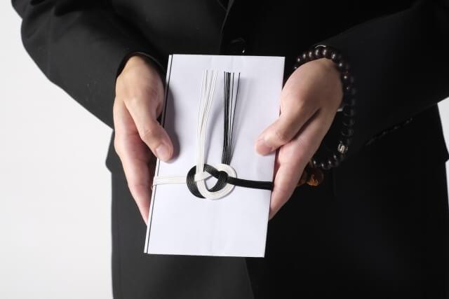 家族葬で会社からの香典は辞退すべき?