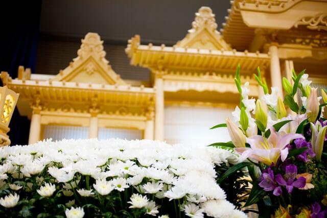 家族葬と普通の葬儀とどっちがいい?メリットデメリットを比較