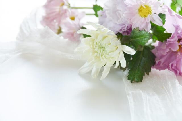 【家族葬でお香典の代わりに渡す品物】お花やお菓子の種類、マナーを解説!