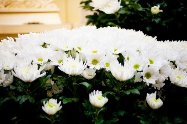 家族葬でも喪主は供花を贈るの?